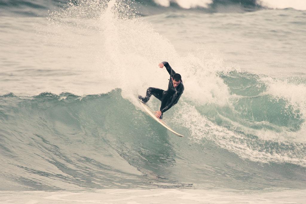 Lucas surfeando en Salinas