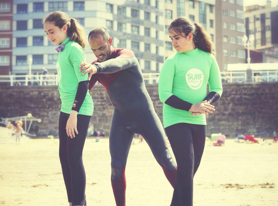 El Surfista Lucas García con dos niñas invidentes